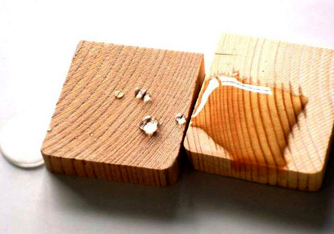 Любительское фото двух кусков древесины, один из которых обработан специальной пропиткой