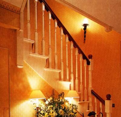 Любительское фото готовой конструкции на лестнице из древесины