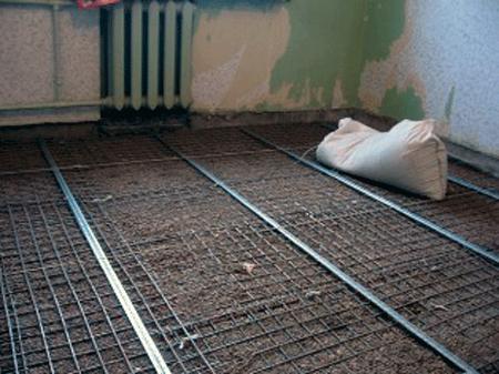 Маяки и решетка укладываются поверх утепления