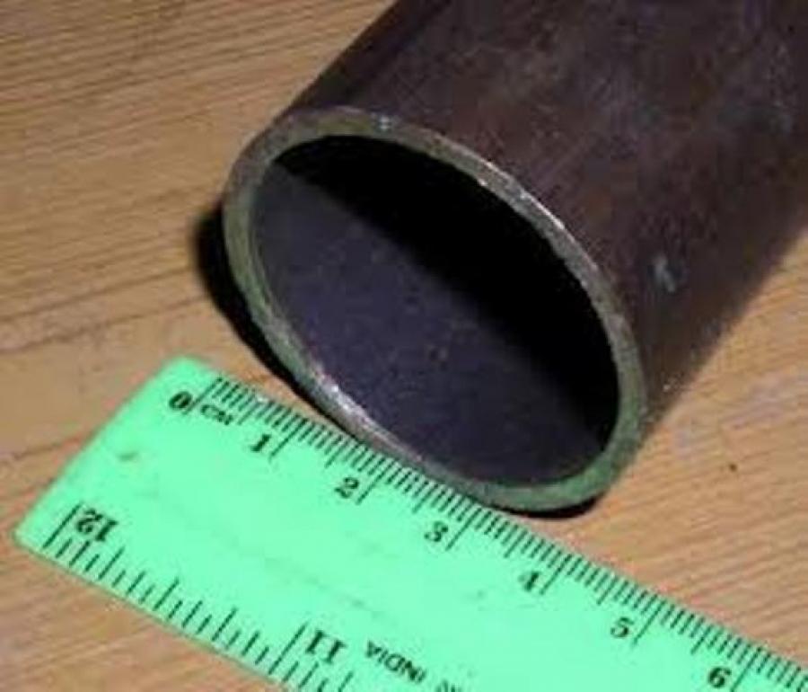 Металлическая труба для монтажа проводки.