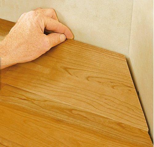 Между стеной и лицевым покрытием оставляют зазор 110-20 мм