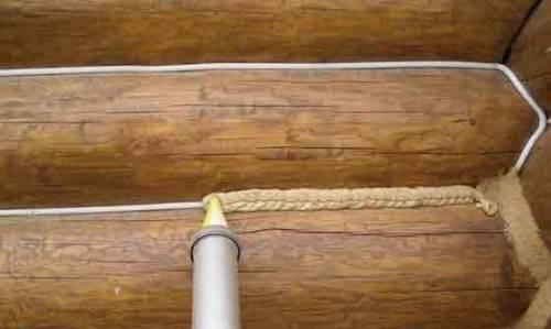 Межвенцовый герметик для дерева помогает защитить дом от продувания.