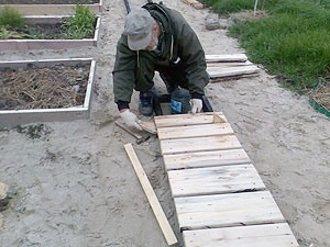 Монтаж основных компонент деревянной садовой дорожки