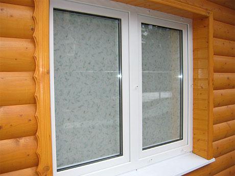Монтаж пластикового окна в деревянном доме дело обычное