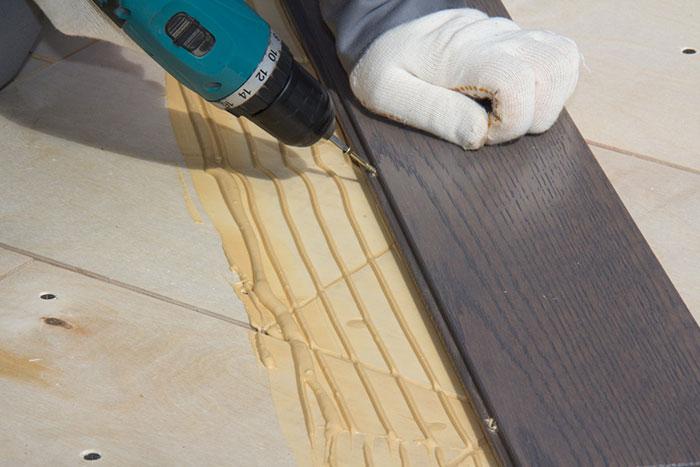 Монтаж производится на фанерную подложку с помощью специального клея и саморезов