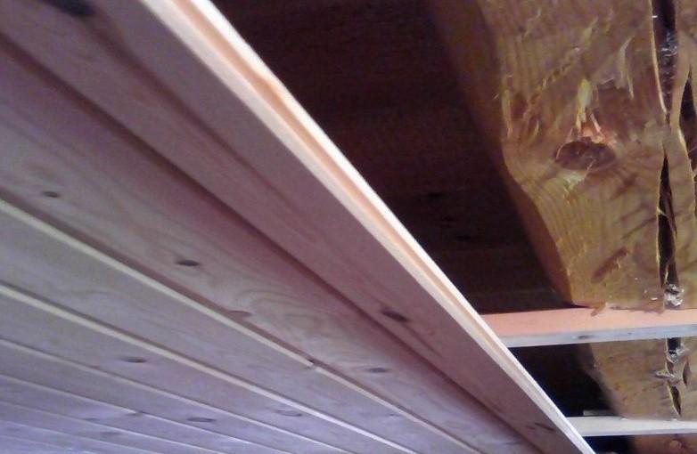 Монтаж вагонки на потолочном перекрытии