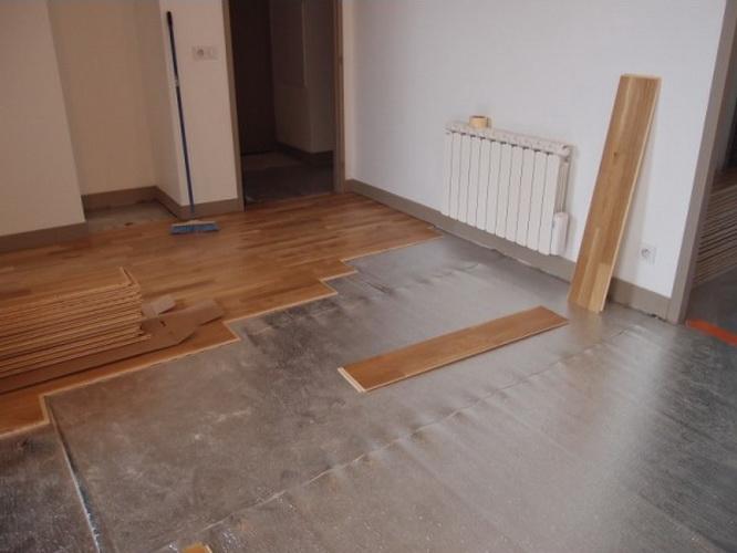 На бетонную поверхность намного проще укладывать ламинат; при этом готовое изделие прослужит значительно дольше, поскольку будет иметь прочное основание