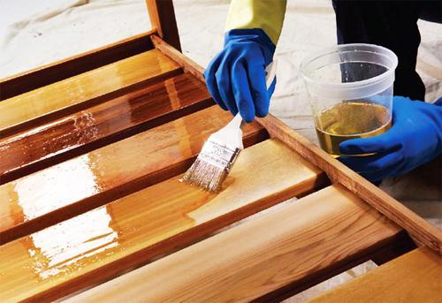 На фото - бесцветный лак позволяет сохранить текстуру и красоту древесины