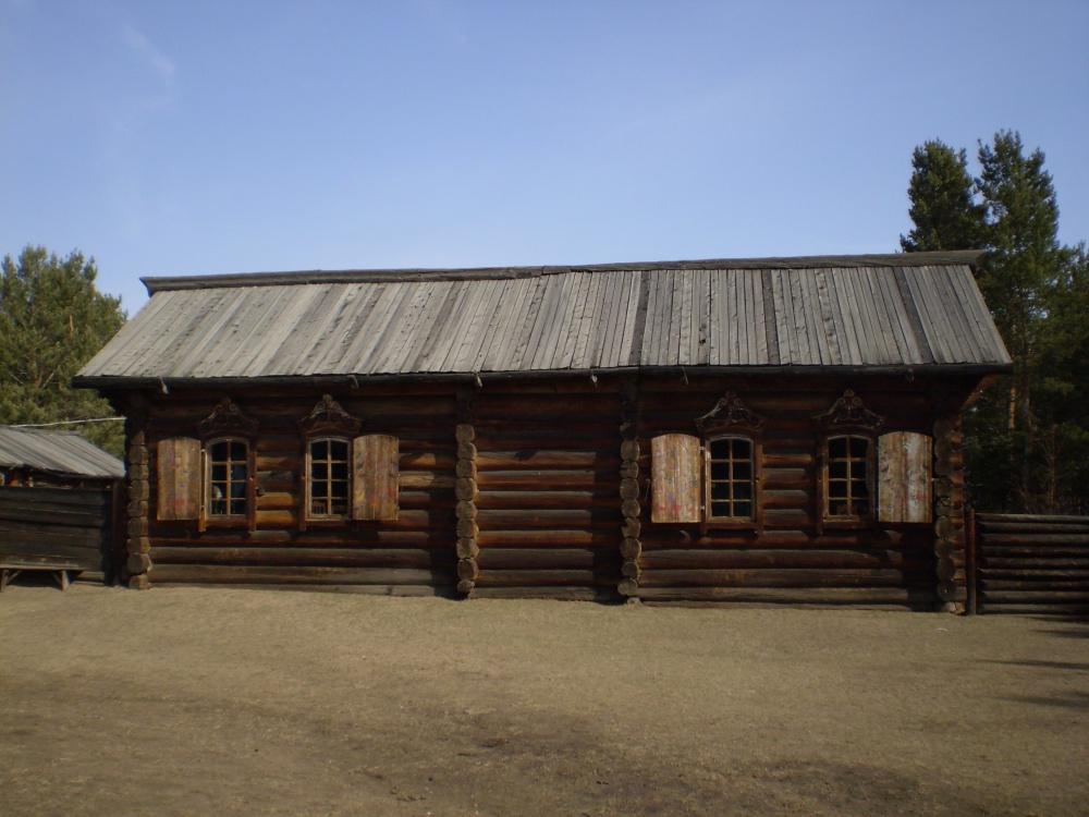 На фото - дом с дощатой крышей.