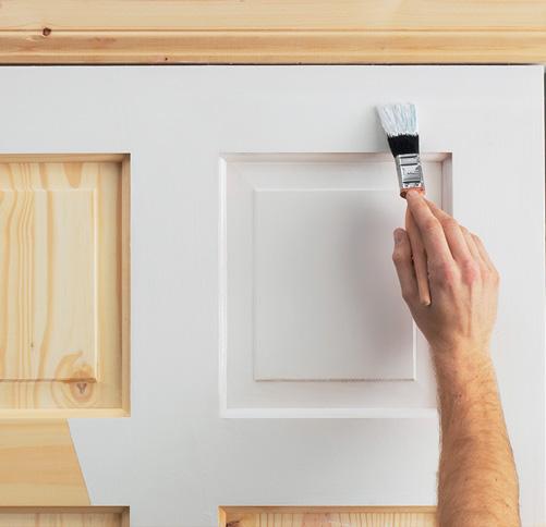 На фото - как правильно покрасить деревянную дверь кистью и валиком