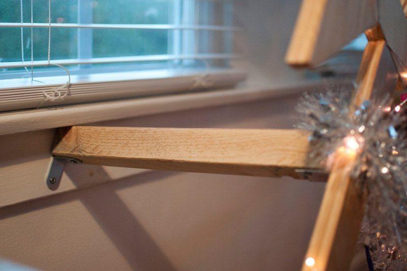 На фото - крепление к деревянному подоконнику