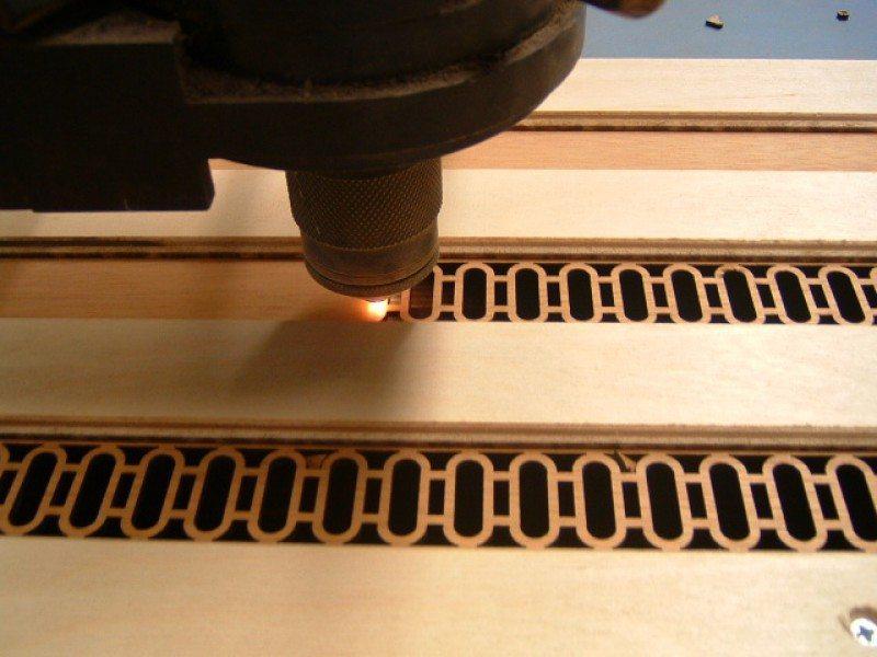 На фото - лазерный гравер в процессе выкройки заготовки.