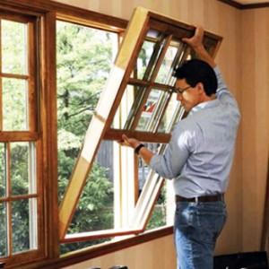 На фото - монтаж деревянного окна