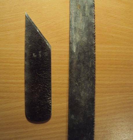 На фото - ножовочное полотно и простейший нож-косяк, изготовленный из него