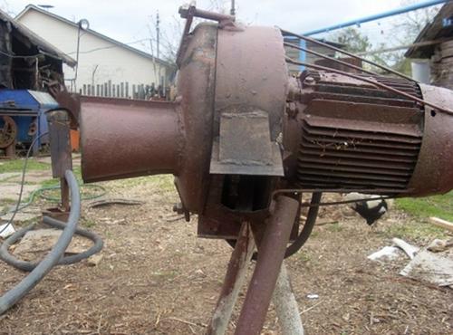 На фото - пример готового дискового измельчителя древесины