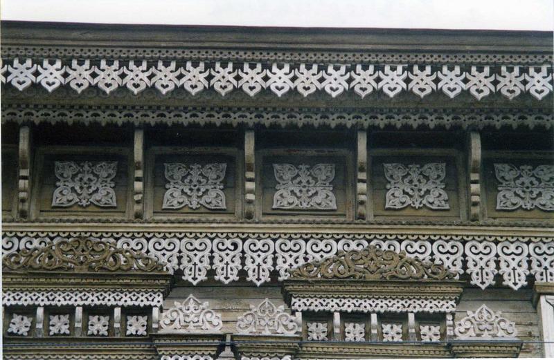 На фото - пример украшения фасада ажурной резьбой