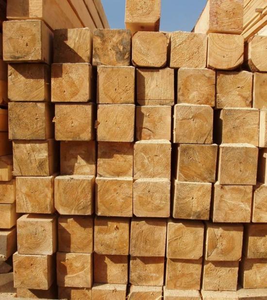 На фото - простой строганный брус 15х15 см естественной влажности для строительных работ