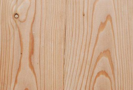 На фото - текстура лиственницы. Она делает произведенные из этой древесины своими руками материалы очень узнаваемыми.