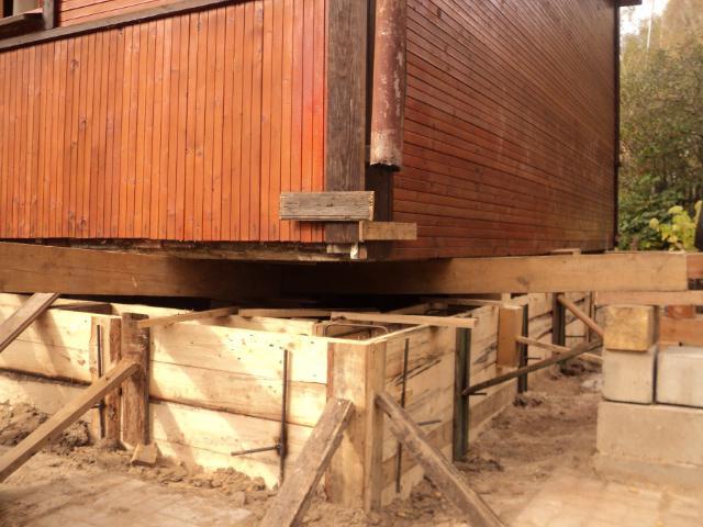 На фото - выполнение ленточного фундамента под деревянным домом
