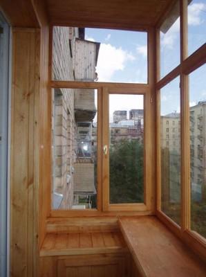 На фото – боковая часть нижнего балконного остекления имеет подвижные створки