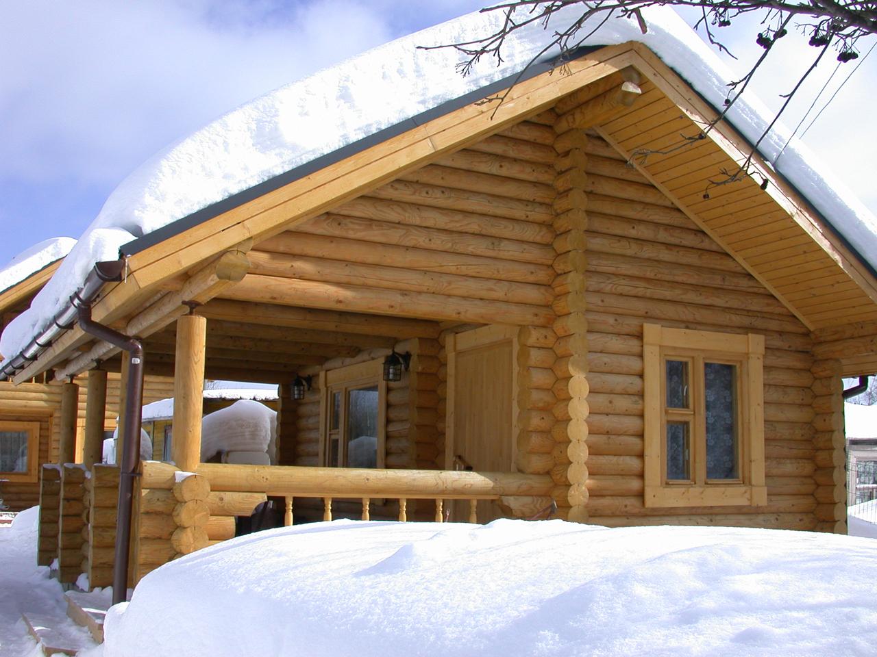 На фото – дачный домик из оцилиндрованного бревна