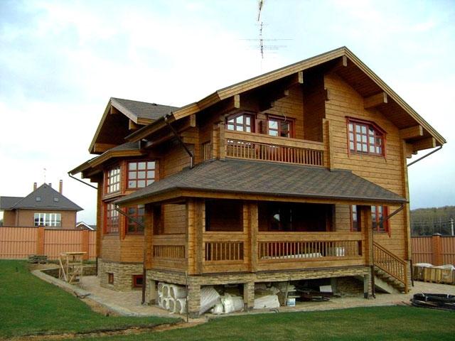 На фото – дом из строганного обработанного защитными средствами бруса