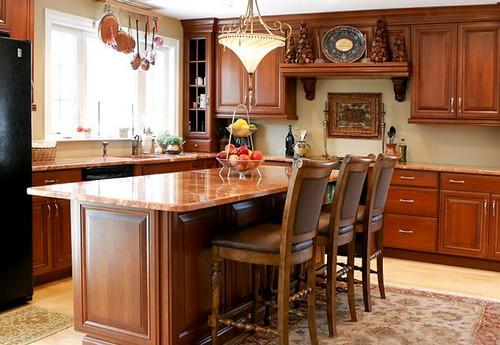 На фото – интерьер кухни с деревянной мебелью.