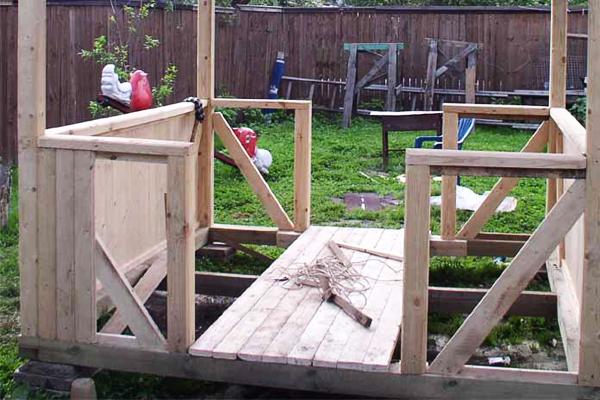 На фото – изготовление обычного деревянного настила из струганных досок