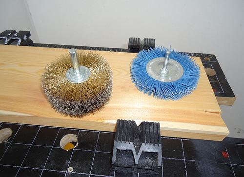 На фото – основные инструменты для браширования