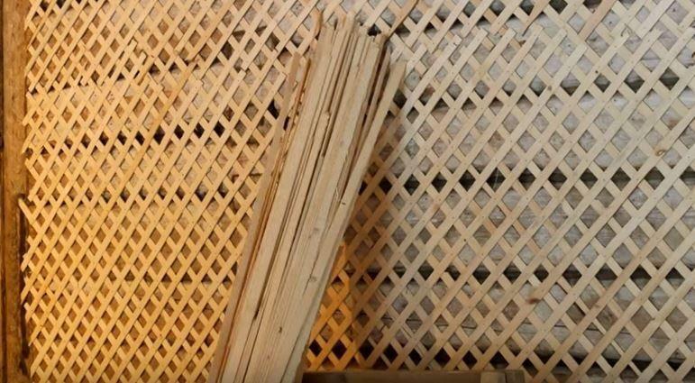На фото – подготовленная дранкой стена для штукатурки