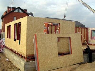 На фото – строительство каркасно–щитового дома 6х9