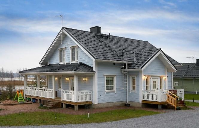 На фото – установлена крашенная имитация брусана каркасном доме