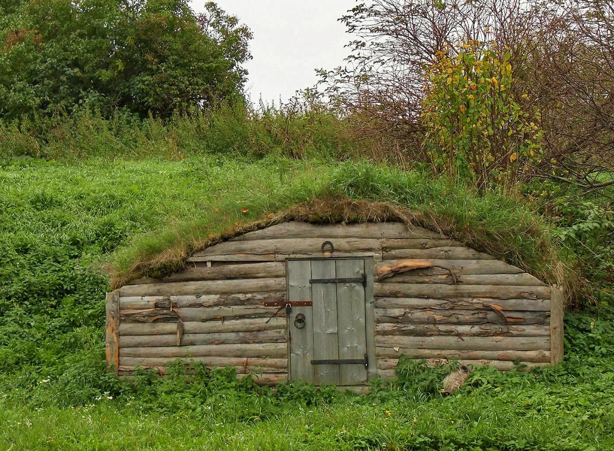 На фото – вход насыпного погреба.