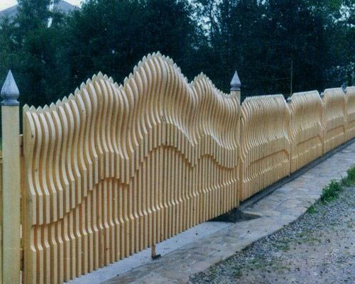 На фото: деревянные заборы секционные продаются в готовом виде и имеют определенную конфигурацию