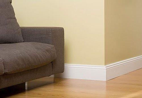 На фото: хорошо подобранный плинтус делает интерьер гармоничным и придает ему законченный вид