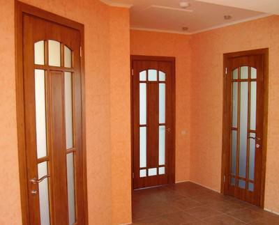 На фото: качественно установленные двери выполняют не только практическую функцию, но и служат украшением интерьера