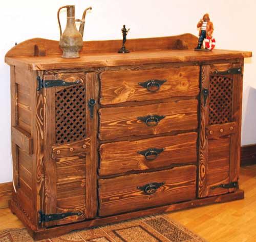 На фото: мебель из старого дерева смотрится очень оригинально и стильно