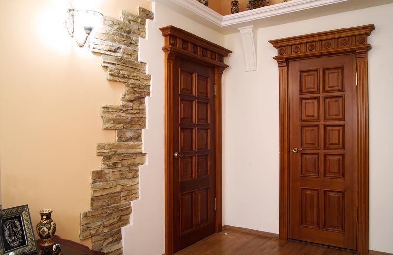 На фото: межкомнатные деревянные двери из массива в классическом исполнении идеально подойдут для создания респектабельной обстановки