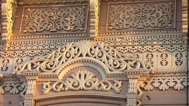 На фото: многие здания раньше украшались искусными резными элементами