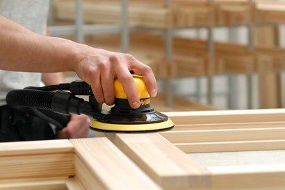 На фото: на промышленных предприятиях существует даже профессия шлифовщик по дереву – это специалист, который занимается доведением поверхности до идеально гладкого состояния