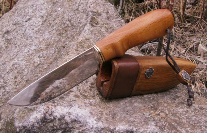 На фото: опытные мастера могут сделать из дерева не только ручку, но и ножны