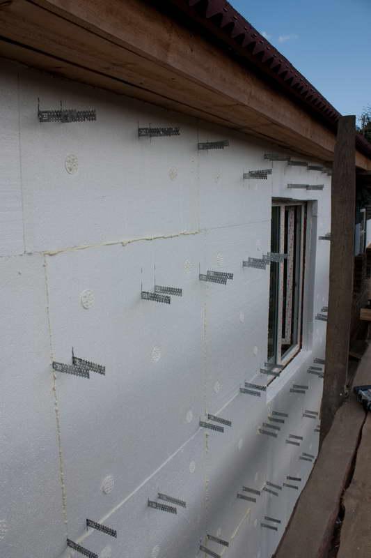 На фото: пенопласт часто используется при сооружении фасадных систем с вентиляцией