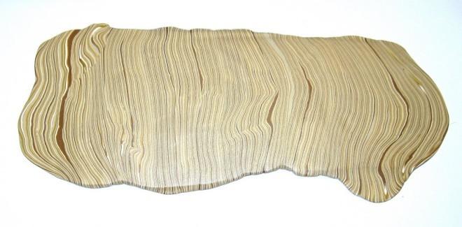На фото показан конечный результат, напоминающий продольный разрез древесины.