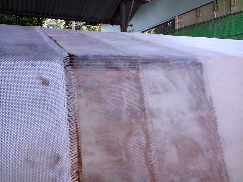 На фото показано армирование корпуса стекловолокном с эпоксидной смолой.