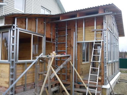 На фото показано, как сайдингом обшить деревянный дом на профиля.