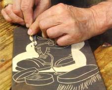 На фото показано правильное положение рук при резьбе