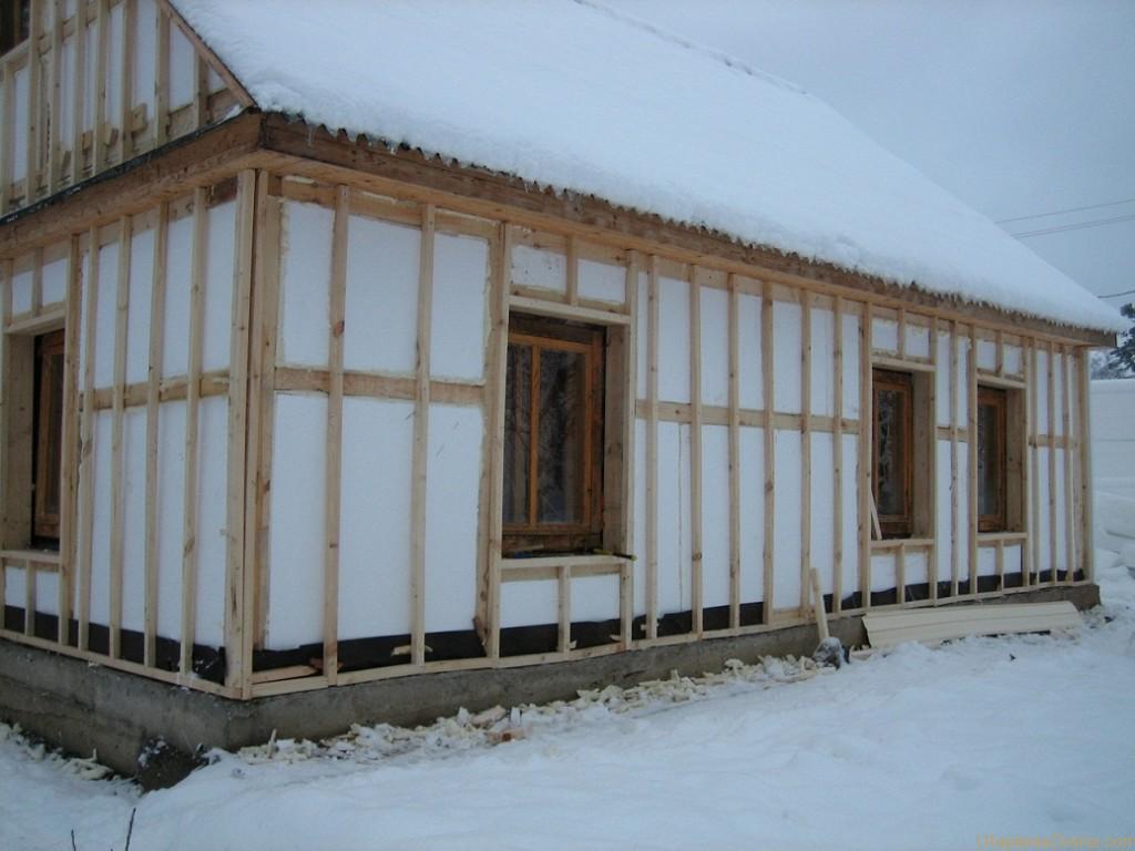 На фото пример того, как не следует утеплять дом из бруса