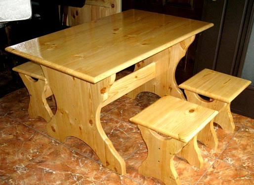На фото пример того, как покрыть деревянный стол лаком на спиртовой основе