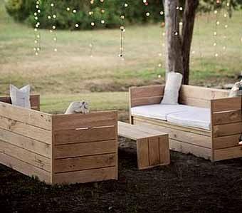 На фото: простая подсказка, как сделать скамейку из досок своими руками, а к ней соорудить удобный столик