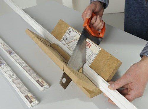 На фото простая самодельная конструкция для направления пропила